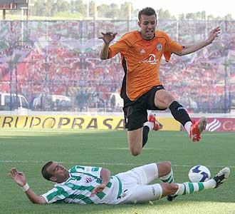 Pedro Bothelo salta ante la entrada de Cristian �lvarez durante el triunfo del Salamanca en C�rdoba