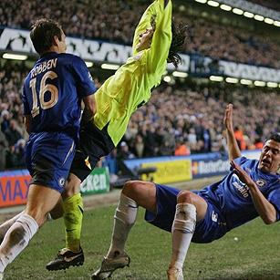 Messi es avasallado por Robben y Del Horno