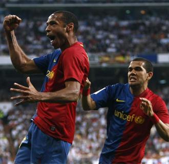 Henry, duda para Londres, celebra con Alves el golpe en el Bernab�u