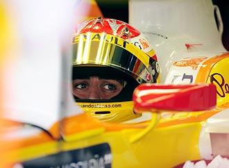 Fernando Alonso, dentro de su Renault R29 en los boxes del circuito de Sakhir.