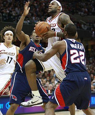 LeBron James penetra a canasta frente a los Hawks