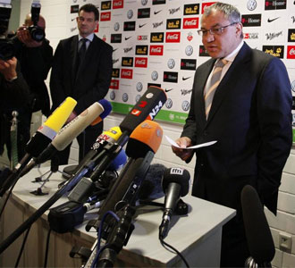 Magath anunciando su marcha del Wolfsburgo
