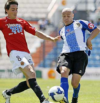 Redondo, centrocampista del Nástic que se tiene que realizar una resonancia, pelea por un balón con Farinós durante el Hércules-Nástic de esta temporada