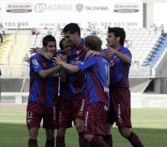 Los jugadores del Huesca celebran un gol.