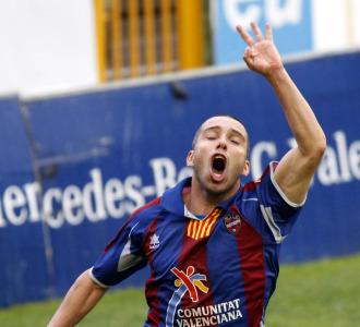 Pedro Vega celebra un gol con el Levante.