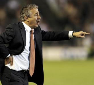 Manolo Preciado da indicaciones a sus jugadores.