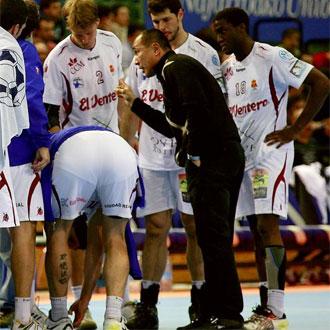 Talant dando instrucciones a sus jugadores durante un partido.