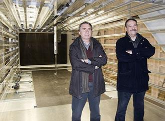 Jordi Cat�n, director general, y Joan Villadelprat, presidente, posan dentro del t�nel de viento de Epsilon Eusaki.