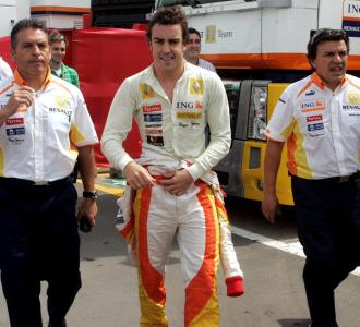 Alonso, junto a componentes del equipo Renault en Montmel�.