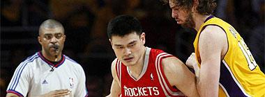 Pau Gasol defiende a Yao Ming