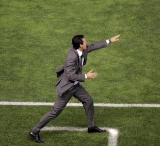 Emery da �rdenes a sus jugadores en el partido contra el Real Madrid.