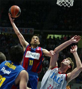 Navarro penetra a canasta en un partido contra el Tau.