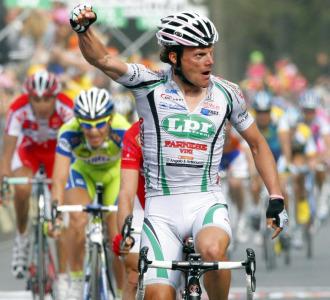 Di Luca celebra su victoria de etapa.