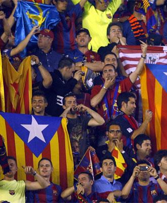 Algunos aficionados del Barcelona silban y hacen gestos de desaprobaci�n.
