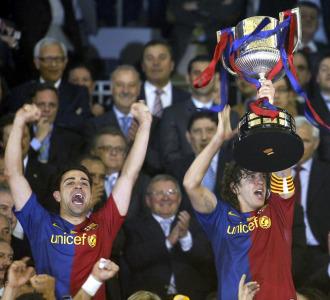Puyol levanta la 25� Copa del Rey.