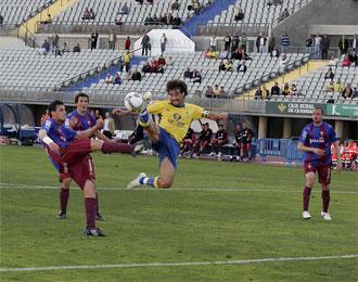 Marcos Márquez intenta un remate durante el encuentro contra el Eibar esta temporada.