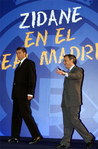 Zinedine Zidane junto a Florentino Pérez el día de su presentación (10 de julio de 2001)