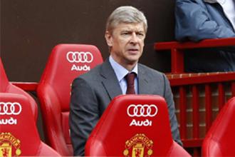 Wenger durante un partido del Arsenal contra el Manchetsre United en Old Trafford.