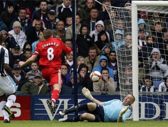 Gerrard hace el primer gol del partido