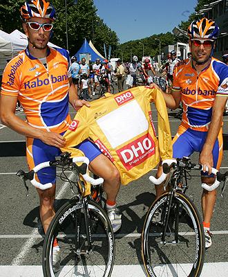 Horrillo posa con el malliot dorado junto a su compa�ero de equipo �scar Freire.