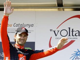 Alejandro Valverde saluda a los aficionados.