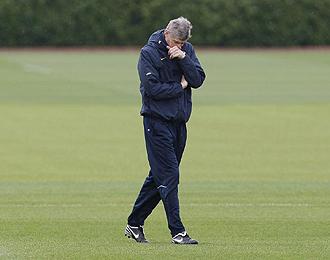 Wenger, durante una de sus largas jornadas en la ciudad deportiva del club londinense.
