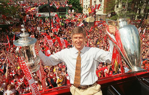 Ars�ne Wenger posa con los dos t�tulos que consigui� en su segundo a�o en el Arsenal.