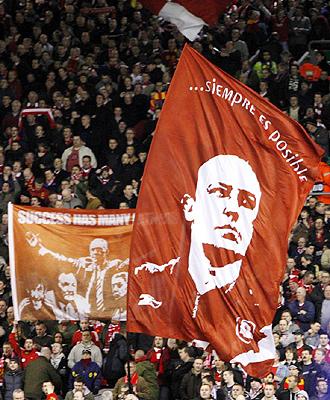 Rafa Ben�tez es un aut�ntico �dolo para la afici�n del Liverpool, que le tiene dedicada una de sus grandes banderas del m�tico fondo de 'The Kop'