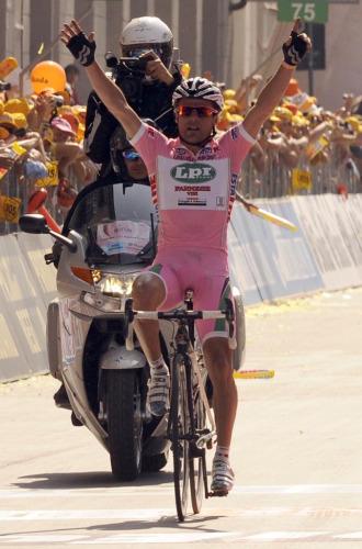 Danilo Di Luca celebra su triunfo en Pinerolo.