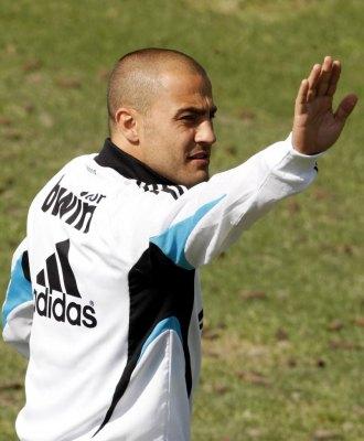 Cannavaro saluda en un entrenamiento.