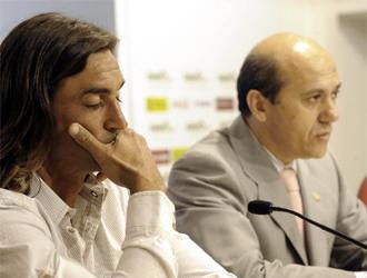 Del Nido habla en rueda de prensa al lado de Javi Navarro