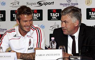David Beckham, junto a Carlo Ancelotti, durante una rueda de prensa.