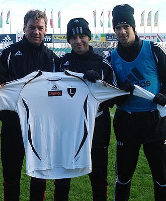 Urban, Vicuña y Astiz posan con la camiseta del Legia.