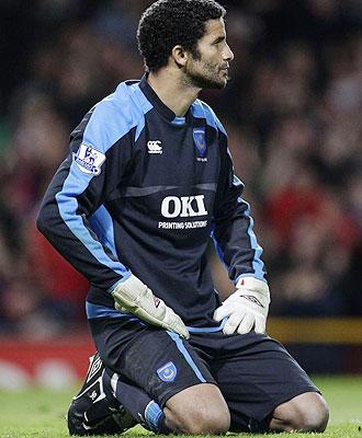 David James se lamenta en un partido del Portsmouth.