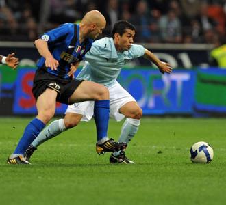 Matuzalem (Lazio) pugna con Cambiasso.