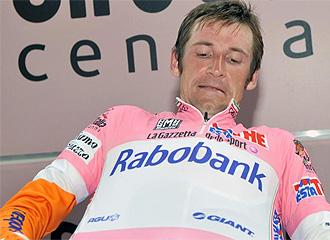 Menchov, celebrando su nuevo maillot