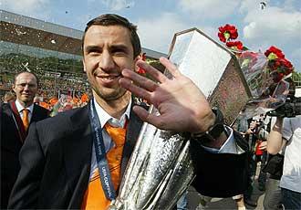 Darijo Srna, capitán del Shakhtar Donetsk, porta la copa conquistada a su llegada a la ciudad ucraniana.