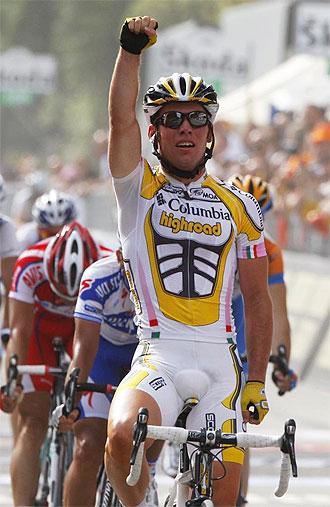 Cavendish levanta el brazo tras imponerse en Florencia.