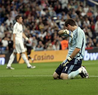 Iker Casillas se lamenta tras un gol recibido