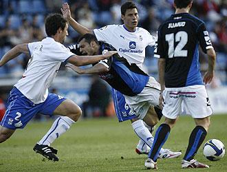 El Tenerife se tuvo que emplear a fondo en los minutos iniciales, como hacen Marc Bertrán y Pablo Sicilia en presencia de Juanjo