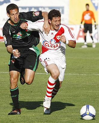 Piti y Acciari pelean por un balón durante el Rayo Vallecano-Elche de Vallecas
