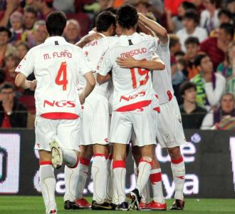 Los jugadores de Osasuna celebran su tanto en el Nou Camp.