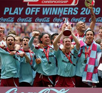 Los jugadores del Burnley celebran la victoria del play-off