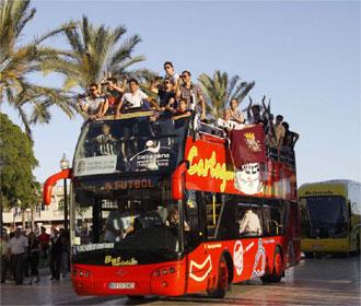 Los jugadores del Cartagena se pasean por la ciudad en un autobús descapotable.