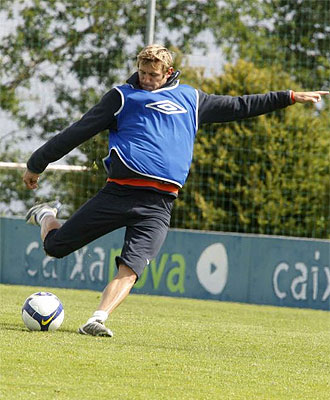 Rubén González golpea un balón en un entrenamiento.