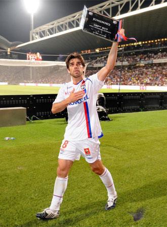 Juninho despidi�ndose de la afici�n del Lyon.