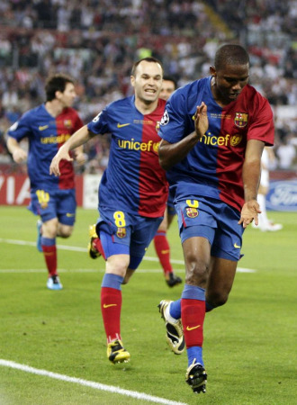 Etoo celebra su gol en la final con Iniesta.