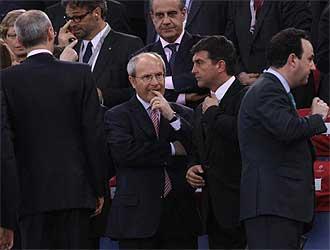 Laporta habla en el palco del Ol�mpico de Roma con Jos� Montilla, presidente de la Generalitat.