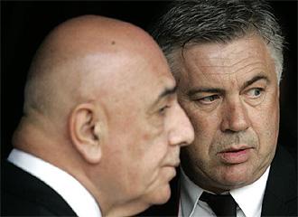 Galliani habla con Ancelotti.