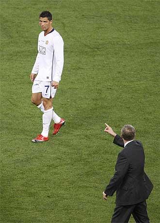 Ferguson da instrucciones a Cristiano Ronaldo durante la final de Roma.